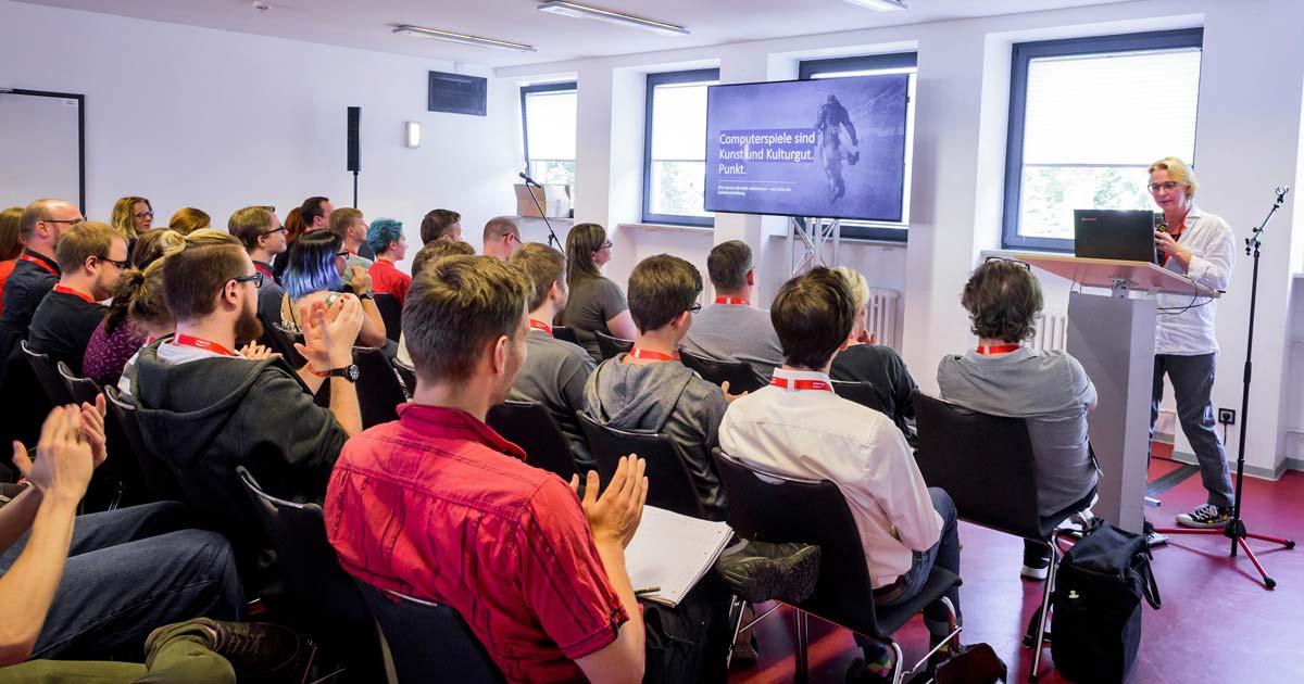 """Volle Hütte beim GDD-2018-Vortrag von Gamedesign-Professorin Linda Breitlauch über die """"Zukunftsfähigkeit von Computerspielen"""" (Foto: Assemble Entertainment)"""