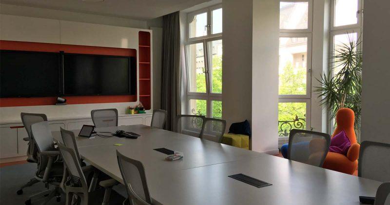 In den Besprechungsräumen sind Videokonferenz-Systeme installiert.