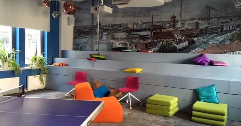 In den Pausen locken Tischtennisplatte, Tischkicker und gemütliche Sitzgruppen.