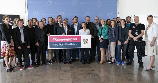 Die Teilnehmer des Games-Gipfel 2018 mit Ministerpräsident Armin Laschet (Foto: Land NRW / G. Ortmann)