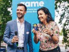 Game-Geschäftsführer Felix Falk bedankt sich bei Digitalstaatsministerin Dorothee Bär (CSU) mit zwei Videospiel-Figuren, die einen Platz im Kanzleramt finden sollen (Foto: Game-Verband / Jakob Nawka)
