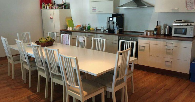 Die zentrale Softgames-Küche dient gleichzeitig als Ess-Bereich (Foto: GamesWirtschaft)