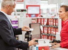 Smartphone ans Lesegerät halten - fertig: Via Google Pay beschleunigen unter anderem Media Markt und Saturn den Bezahlvorgang an der Kasse (Foto: MediaMarktSaturn Retail Group)