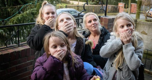 Können ihr Glück kaum fassen: Familien mit geringem Budget tauschen eine Woche lang mit Millionären wie Avni Yerli (Foto: obs/SAT.1/Claudius Pflug)