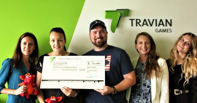Travian-CEO Lars Janssen übergibt den Spendenscheck an das Team der Stiftung Ambulantes Kinderhospiz München (AKM) - Foto: Travian Games