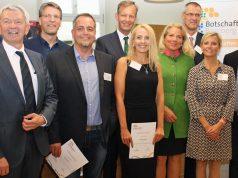 Die Upjers-Gründer Klaus Schmitt (3. v. l.) und Marika Schmitt (Mitte) mit weiteren neuen Bamberg-Botschaftern, flankiert von Landrat Johann Kalb (links) und Bambergs OB Andreas Starke (rechts) - Foto: Wirtschaftsförderung Bamberg