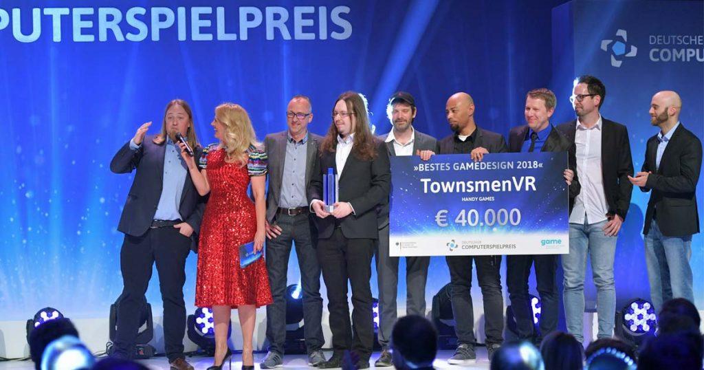 """Das HandyGames-Team holt den Preis für das """"Beste Gamedesign"""" beim Deutschen Computerspielpreis 2018 (Getty Images / Hannes Magerstaedt für Quinke Networks)"""