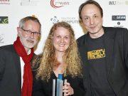 Zusammen mit Co-Gründer Klaus-Peter Gerstenberger und Betriebsleiterin Nicole Popp nimmt Andreas Lange (rechts im Bild) den Sonderpreis der DCP-Jury für das Computerspielemuseum in Empfang (Foto: DCP / Franziska Krug / Getty Images für Quinke Networks)