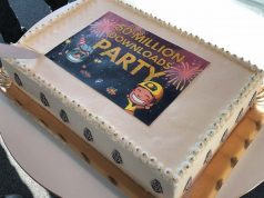 Das Team von Fluffy Fairy Games feiert mit Gästen (und Kuchen) mehr als 50 Mio. App-Downloads.