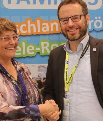 "Messe-Geschäftsführerin Stefany Goschmann begrüßt ""Games for Families""-Macher Michael Wegner zum Mannheimer Maimarkt 2019 (Foto: Planetlan GmbH)"