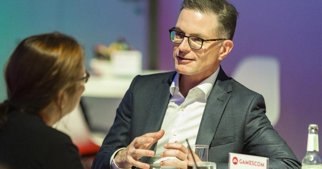 EA-Geschäftsführer Jens Kosche im Gespräch mit GamesWirtschaft-Redakteurin Petra Fröhlich (Foto: EA/Sascha Kreklau)