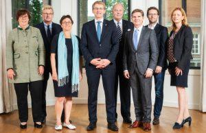 """Das Kabinett von Ministerpräsident Daniel Günther (Mitte) will Schleswig-Holstein zum """"Gamer-Land"""" machen (Foto: Landesregierung / Frank Peter)"""