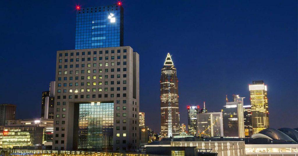 """Das """"Torhaus"""" ist Sitz der Messegesellschaft - und seit 1984 Teil der Frankfurter Skyline (Foto: Messe Frankfurt GmbH / Marc Jacquemin)"""