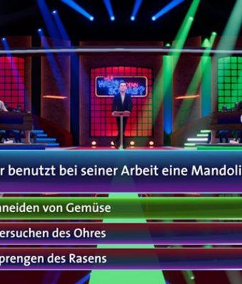 """Kai Pflaume, Elton und Bernhard Hoecker quizzen gemeinsam in """"Wer weiß denn sowas - Das Spiel"""" (Abbildung: Bitcomposer)"""