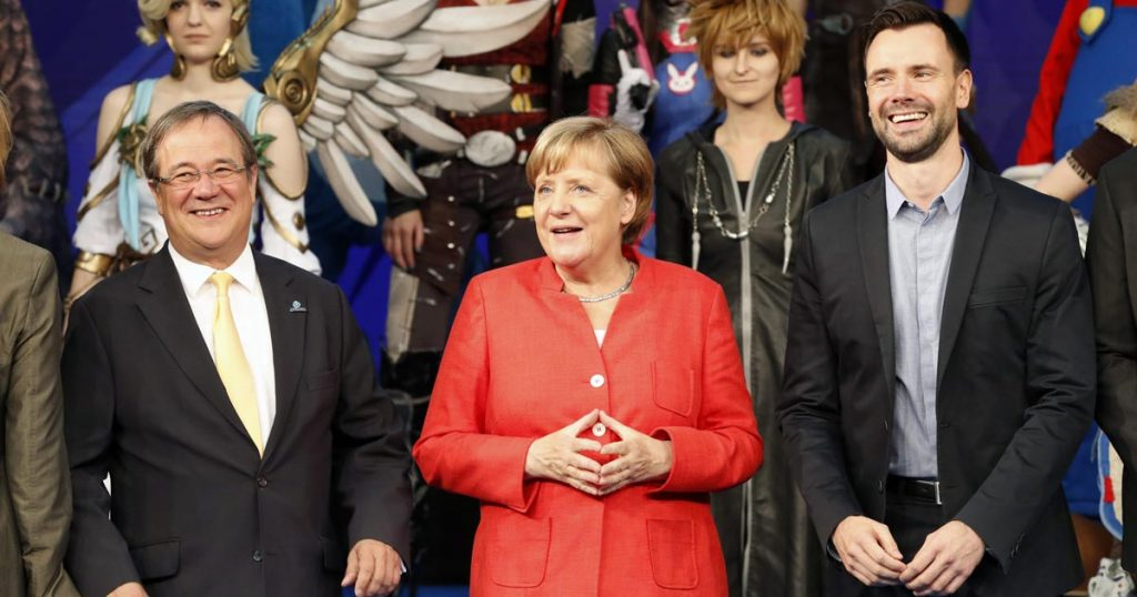 Game-Geschäftsführer Felix Falk mit NRW-Ministerpräsident Armin Laschet (CDU) und Kanzlerin Angela Merkel (CDU) beim Rundgang auf der Gamescom 2017 (Foto: Franziska Krug / Getty Images for Game)