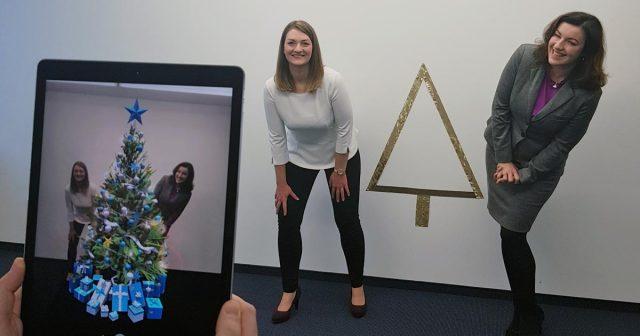 Demnächst mutmaßlich bei den Ehrlich Brothers, jetzt schon im Digitalministerium: Per AR-App entsteht ein virtueller Weihnachtsbaum zwischen den Digitalministerinnen Judith Gerlach und Dorothee Bär (Foto: StMD)