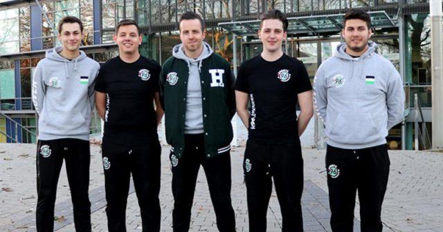 Wollen in der Virtual Bundesliga 2019 vorne mitspielen: Christoph Strietzel, Marco Becker, Dennis Jackson (Trainer), David Houdek und Erol Bernhardt von Hannover 96 eSports (Foto: Hannover 96)