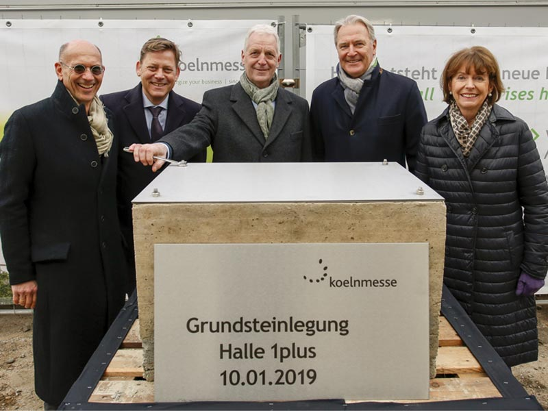 Kölns Oberbürgemeisterin Henriette Reker (rechts) und KoelnMesse-Chef Gerald Böse (zweiter von rechts) legen den Grundstein für die künftige Halle 1plus (Foto: KoelnMesse / Ludolf Dahmen)