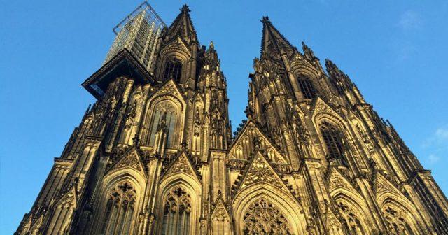 Nach Polizeiangaben protestierten vor dem Kölner Dom rund 1.500 Teilnehmer gegen Upload-Filter (Foto: GamesWirtschaft)