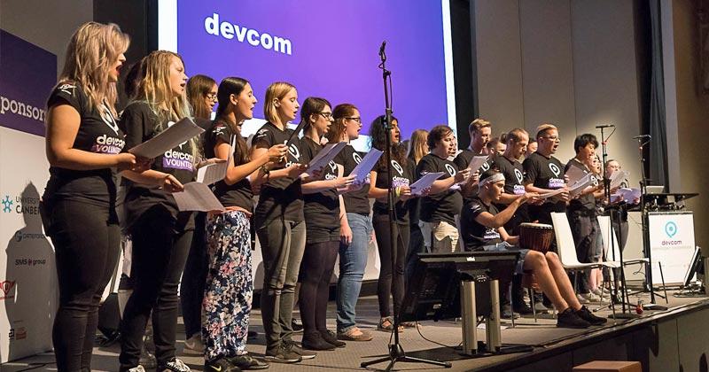 """Der """"Chor der freiwilligen Helfer"""" wird auch die Teilnehmer der Devcom 2019 mit einem Ständchen begrüßen (Foto: VOX / Uwe Völkner)"""