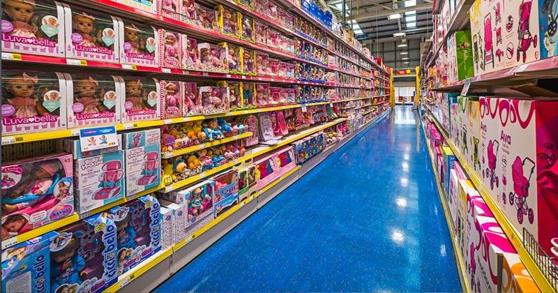 Spielwaren, so weit das Auge reicht: In langen Fluren lagert die Ware in den Smyths Toys Superstores (Foto: Smyths)