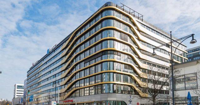 Perfekte Welle: Der neue Firmensitz von Softgames nahe des Alexanderplatzes beherbergt unter anderem mehrere Hotels (Foto: Softgames)