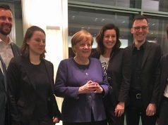 Angela Merkel und Staatsministerin Dorothee Bär (3. von rechts) begrüßen Vorstand und Geschäftsführung des Game-Verbands im Kanzleramt.