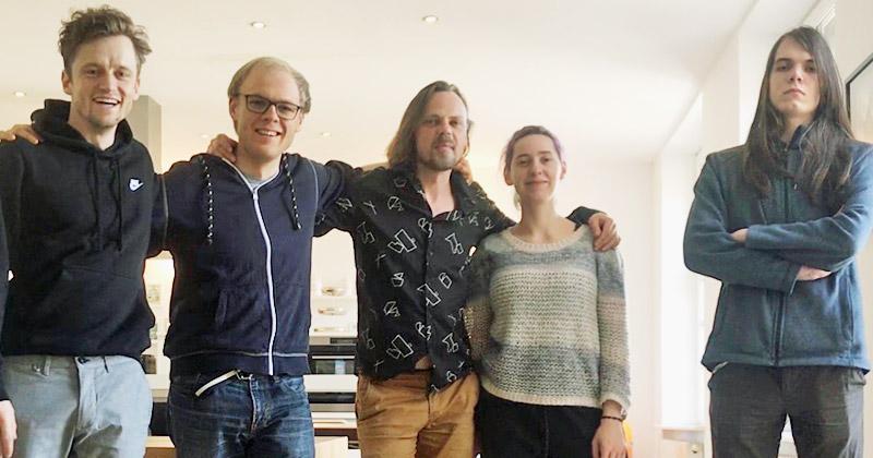Das Kern-Team von Forest Ring Games: die beiden Gründer Robert Jakob und Max Muthig, Nauris Krauze, Larissa Michler und Darian Zarges (Foto: Forest Ring Games GmbH)