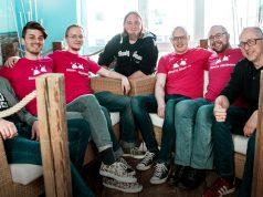 """Besiegeln den Publishing-Deal für """"Spitlings"""": die Gründer von Massive Miniteam gemeinsam mit den HandyGames-Geschäftsführern Christopher Kassulke (Mitte) und Markus Kassulke (rechts) - Foto: HandyGames"""