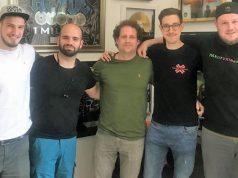 Instinct3-Gründer Hendrik Ruhe (2. v. l.) und YouTuber Max Knabe alias HandOfBlood (2. v. r.) kooperieren künftig mit Bravado-Chef Michael Hahn (Mitte) - Foto: Instinct3