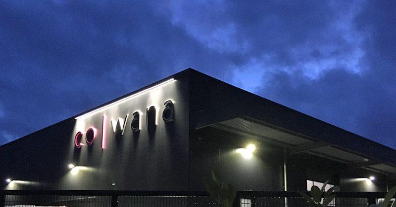 Schon von weitem ist das riesige Cowana-Logo zu sehen - gerade bei Nacht.