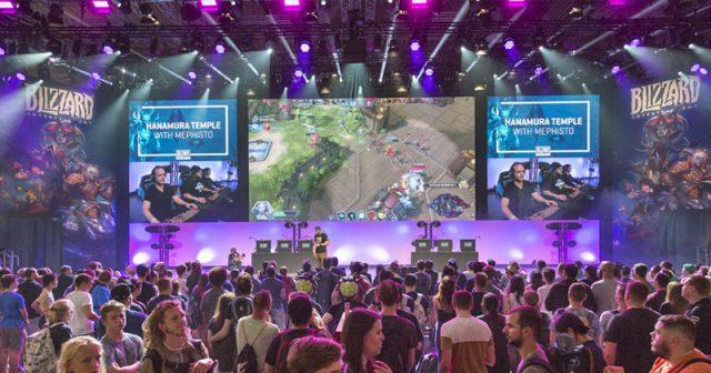 Eine der Hauptattraktionen der Gamescom 2018: die riesige Blizzard-Showbühne in Halle 7 (Foto: KoelnMesse / Harald Fleissner)
