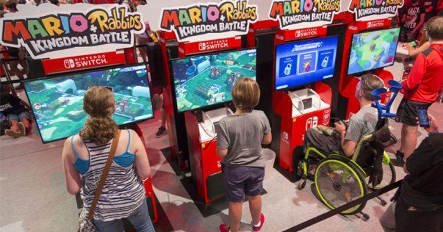 Viele Aussteller - hier Nintendo - achten darauf, dass die Spielstationen auch für Rollstuhlfahrer nutzbar sind (Foto: KoelnMesse / Harald Fleissner)