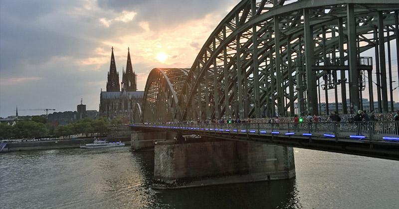 Die künftige Messe-Seilbahn verbindet das Gamescom-Gelände mit der Kölner Altstadt und verläuft entlang der Hohenzollernbrücke (Foto: GamesWirtschaft)