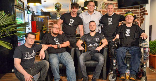 BCON-Gründer Carsten van Husten (2. v. r.) gründet zusammen mit PENTA eSports ein APEX-Legends-Team für Spieler mit Handicap (Foto: PENTA eSports)