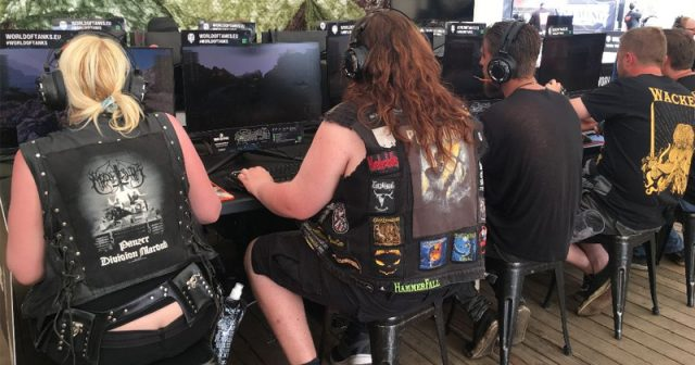 Metal trifft Gaming: Die Spielstationen im Full Metal Gaming Village auf Wacken 2019 (hier: World of Tanks) sind permanent umlagert - Foto: Veranstalter