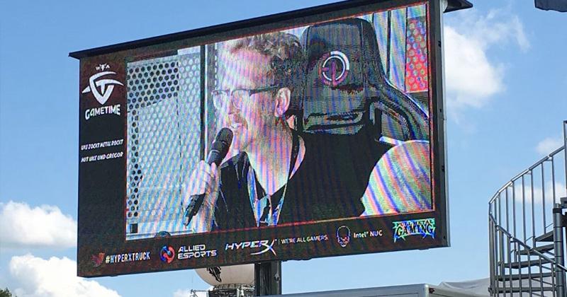 """Full Metal Gaming Village bei Wacken 2019: Spiele-Professor Uke Bosse bei seiner Talkshow """"Uke zockt, Metal rockt"""" auf der Showbühne - Foto: Veranstalter"""