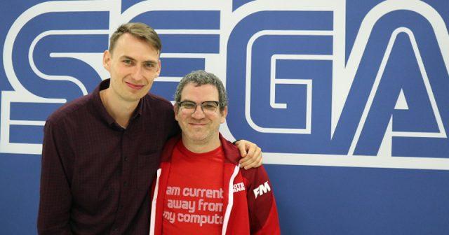 Studio-Director Miles Jacobson (rechts, hier mit PR-Manager Tom Davidson) bindet den