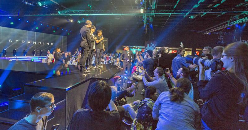 """Der Auftritt von Hideo Kojima bei """"Gamescom Opening Night Live"""" sorgte für turbulente Szenen - und Sorgenfalten bei der Security (Foto: KoelnMesse / Andreas Hagedorn)"""