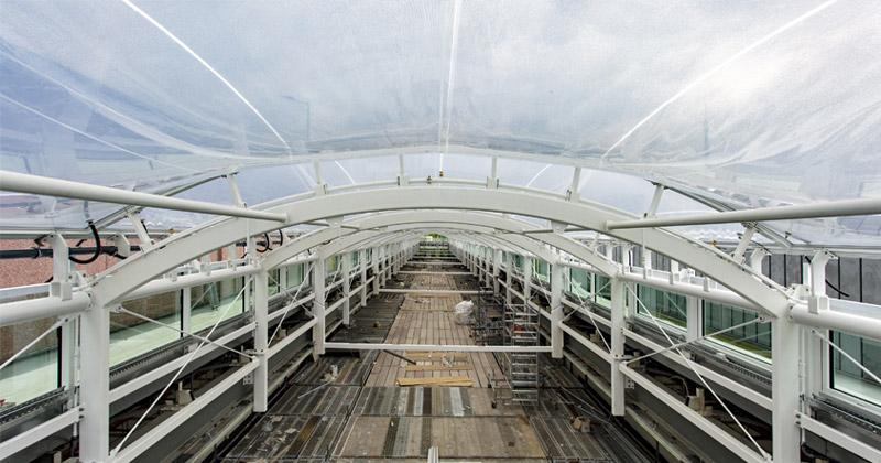 Blick in die Baustelle: Das Dach an den Übergängen der Gamescom Business Area wird von Folienkissen überspannt (Foto: KoelnMesse / Ludolf Dahmen)