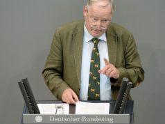 Nie ohne Hundekrawatte: AfD-Chef Alexander Gauland bei einer Rede im Parlament (Foto: Deutscher Bundestag / Achim Melde)