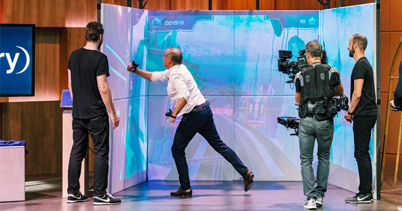 "Voller Körpereinsatz: Medien-Unternehmer Georg Kofler testet den ""Exercube"" (Foto: TVNOW / Bernd-Michael Maur / VOX)"
