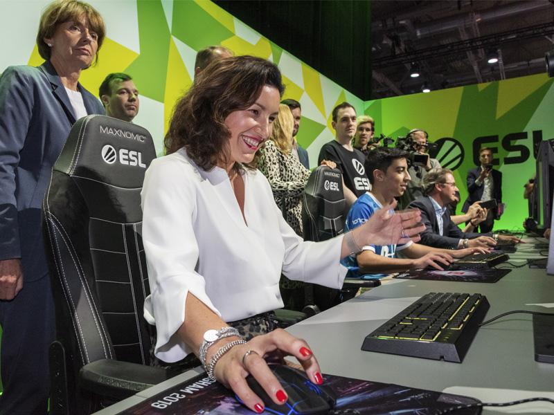 Gamescom 2019: CSU-Digitalpolitikerin Dorothee Bär zu Besuch auf dem ESL-Stand (Foto: KoelnMesse / Uwe Weiser)
