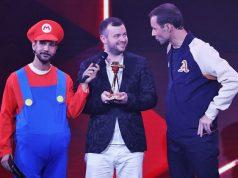 Vom Publikum als bester Letsplayer gewählt: YouTuber Domtendo - hier mit Laudator Kai Pflaume (Foto: Eventpress / Goldene Kamera)