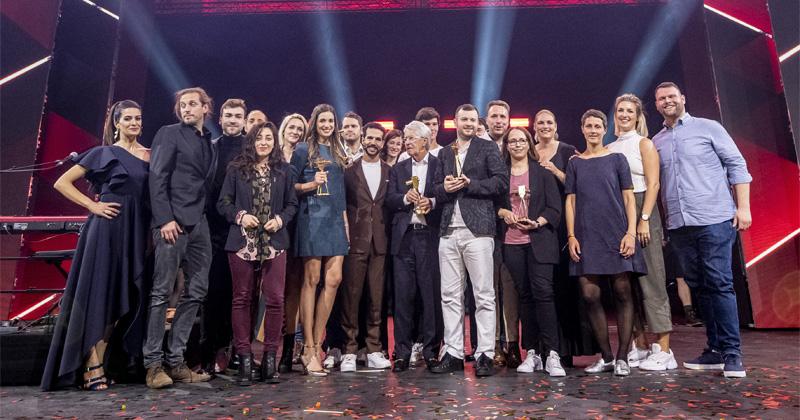 Letsplayer Domtendo (vorne, hellgraue Hose) mit weiteren Preisträgern des YouTube Goldene Kamera Digital Award 2019 (Foto: Mielek / Hoderath / Google LLC / Goldene Kamera)