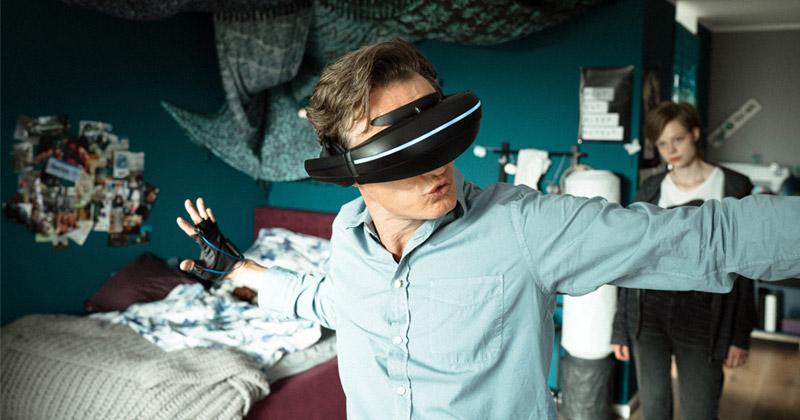 """ARD-Fernsehfilm """"PLAY"""": Jennifers Vater (gespielt von Oliver Masucci) unternimmt einen VR-Ausflug (Foto: BR / ARD Degeto / Alexander Fischerkoesen)"""