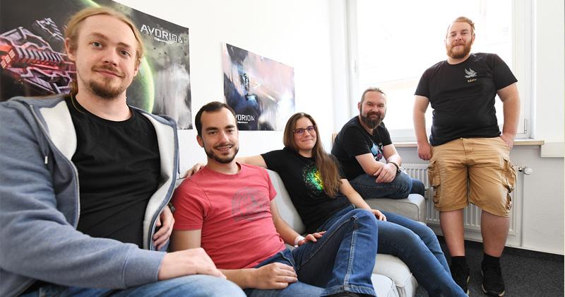 Konstantin Kronfeldner (links) beschäftigt in der Boxelware GmbH mittlerweile fünf Festangestellte (Foto: Boxelware)