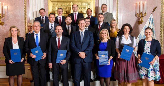 Das bayerische Kabinett mit Ministerpräsident Markus Söder (CSU, Mitte) und Digitalministerin Judith Gerlach (CSU, rechts) - Foto: Jörg Koch / Bayerische Staatskanzlei