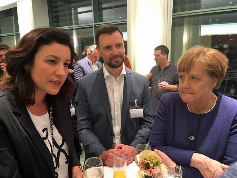 Digital-Staatsministerin Dorothee Bär (CSU) im Gespräch mit Game-Geschäftsführer Felix Falk und Kanzlerin Angela Merkel (CDU) - Foto: Fröhlich