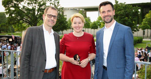 Als Hauptrednerin beim Game-Sommerfest 2019 (hier mit Game-Vorstand Ralf Wirsing und Geschäftsführer Felix Falk) kündigte Franziska Giffey (SPD) die Eckpunkte für ein neues Jugendmedienschutzgesetz an (Foto: Game / James Coldrey)